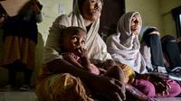 Pengungsi Rohingya menunggu di pusat penampungan sementara bekas kantor Imigrasi Punteuet di Lhokseumawe, Aceh Utara (26/6/2020). Dari hasil tes tersebut, mereka semua dinyatakan non reaktif. (AFP Photo/CHAIDEER MAHYUDDIN)