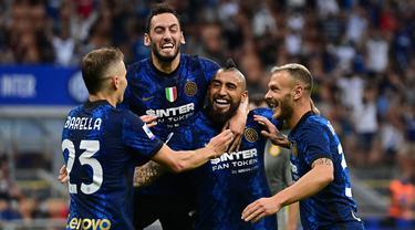 Inter Milan berhasil tekuk Genoa pada giornata pertama Liga Italia musim 2021/2022. Walapun sudah tak diperkuat oleh Romelu Lukaku sebagai penyerang andalannya, Nerazzurri malah mampu mencetak gol lebih dari tiga. (Foto: AFP/Miguel Medina)