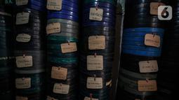 Peralatan dan film seluloid 35mm terlihat di gudang rumah adul (29) di Jakarta, Rabu (28/4/2021). Dimasa emasnya, layar tancap merupakan ajang bergengsi bagi orang yang bisa menyuguhkannya untuk warga saat menggelar hajatan di desa. (Liputan6.com/Johan Tallo)