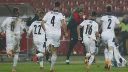 Para pemain Serbia merayakan usai Luka Jovic mencetak gol ke gawang Skotlandia pada pertandingan playoff Euro 2020 di Stadion Rajko Mitic, Beograd, Serbia, Kamis (12/11/2020). (AP Photo/Darko Vojinovic)