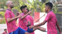 Pemain PSIS Semarang, termasuk Bruno Silva (kiri) dalam sesi latihan di Stadion Moch Soebroto, Magelang. (Bola.com/Vincentius Atmaja)