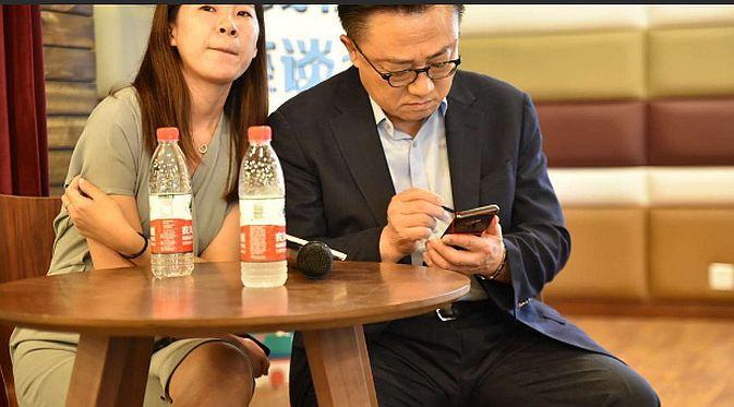 CEO divisi mobile Samsung, DJ Koh, diyakini sedang mengggunakan Galaxy Note 9 (Foto: screenshot via Sam Mobile)