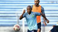 Zah Rahan berlatih bersama skuat Persela Lamongan di Stadion Surajaya, Lamongan, Rabu (17/3/2021) sore. (Bola.com/Aditya Wany)