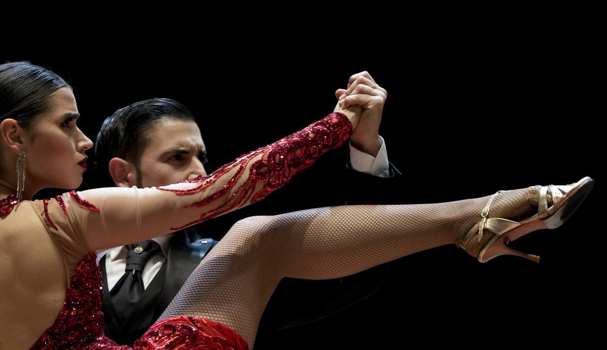 Ariel Almiron dan Alumine Deluchi bertanding di babak final kategori etape Tango World Championship, di Buenos Aires, Argentina (25/9/2021). Kejuaran ini diikuti oleh penari dari 25 negara yang bertarung menjadi yang terbaik. (AP Photo/Natacha Pisarenko)