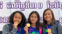 Tiga perenang putri junior Indonesia, (kiri ke kanan) Philomena Balinda Arkananta, Azzahra Permatahani, dan Adelia, mempersembahkan medali emas untuk Indonesia di hari pertama SEA Age Group Swimming Championship 2019 yang digelar di Phnom Penh, Kamboja, Jumat (28/6/2019). (Dok. PRSI)