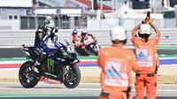 Pembalap Yamaha, Mavarick Vinales, mengaku tak ingin terlalu jauh memikirkan perburuan gelar MotoGP 2020 karena perjalanan musim masih panjang. (AFP/Andreas Solaro)
