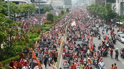 Konvoi kemenangan Persija pada Liga 1 di Jalan MH Thamrin, Jakarta, Sabtu (15/12). Konvoi diikuti oleh suporter, pemain, dan official Persija. (Merdeka.com/Imam Buhori)
