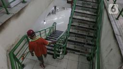 Warga beraktivitas di area Pasar Tebet Barat, Jakarta Selatan, Kamis (23/7/2020). Hal Ini dilakukan guna memberikan pemahaman kepada pedagang dan pembeli untuk mengurangi sampah plastik demi kelestarian lingkungan. (Liputan6.com/JohanTallo)