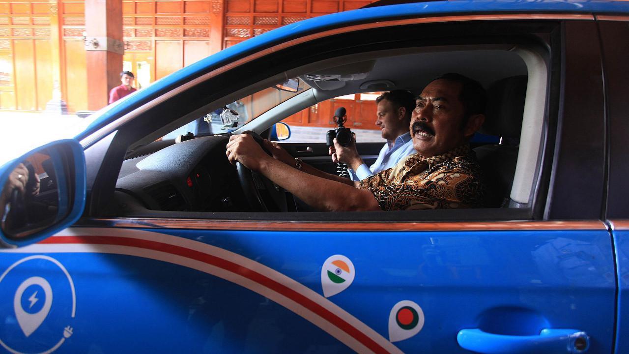 Wali Kota Solo F Hadi Rudyatmo ditemani Wiebe Wakker sedang mencoba mobil listrik yang sudah menempuh perjalanan puluhan negara.(liputan6.com/Fajar Abrori)