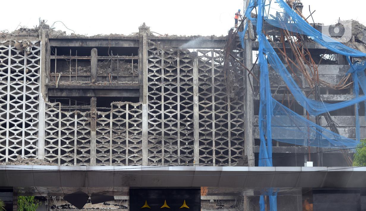 Pekerja membongkar bangunan Gedung Kejaksaan Agung setelah terbakar di Jakarta, Rabu (14/4/2021). Gedung utama Kejaksaan Agung mulai dibongkar setelah mengalami kebakaran pada 22 Agustus 2020. (merdeka.com/Imam Buhori)