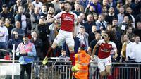 Gelandang Arsenal Aaron Ramsey (tengah) merayakan gol ke gawang Tottenham Hotspur pada lanjutan Liga Inggris di Wembley, Sabtu (2/3/2019). (AFP/Ian Kington)