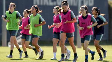 Para pemain wanita Barcelona melakukan pemanasan selama sesi pelatihan di Joan Gamper Sports City di Barcelona (15/5/2019). Tim wanita Barcelona akan bertanding melawan wakil Prancis, Lyon pada final Liga Champions di stadio Groupama Arena, kota Budapets, Hungaria. (AFP Photo/Josep Lago)