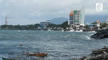 Gelombang tinggi yang melanda pesisir pantai Manado menyebabkan nelayan takut melaut dan memutuskan mencari pekerjaan sementara yang lain.