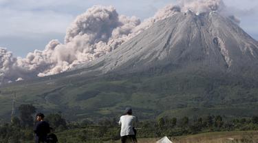 Gunung Sinabung Semburkan Material Vulkanik Setinggi 3.000 Meter