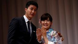 Petenis meja terkenal Jepang, Ai Fukuhara (kanan) dan suaminya Chiang Hung-chieh memperlihatkan cincin kawin mereka kepada wartawan saat jumpa pers di Tokyo, Jepang, (21/9). (REUTERS/Toru Hanai)