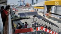 Pemudik menaiki KM Dobonsolo tujuan Tanjung Emas Semarang di Terminal Nusantarapura, Pelabuhan Tanjung Priok, Jakarta, Kamis (30/5). Jumlah pemudik yang menggunakan kapal laut dari Pelabuhan ini diprediksi akan bertambah hingga hari puncak 1 Juni 2019. (merdeka.com/Iqbal S. Nugroho)