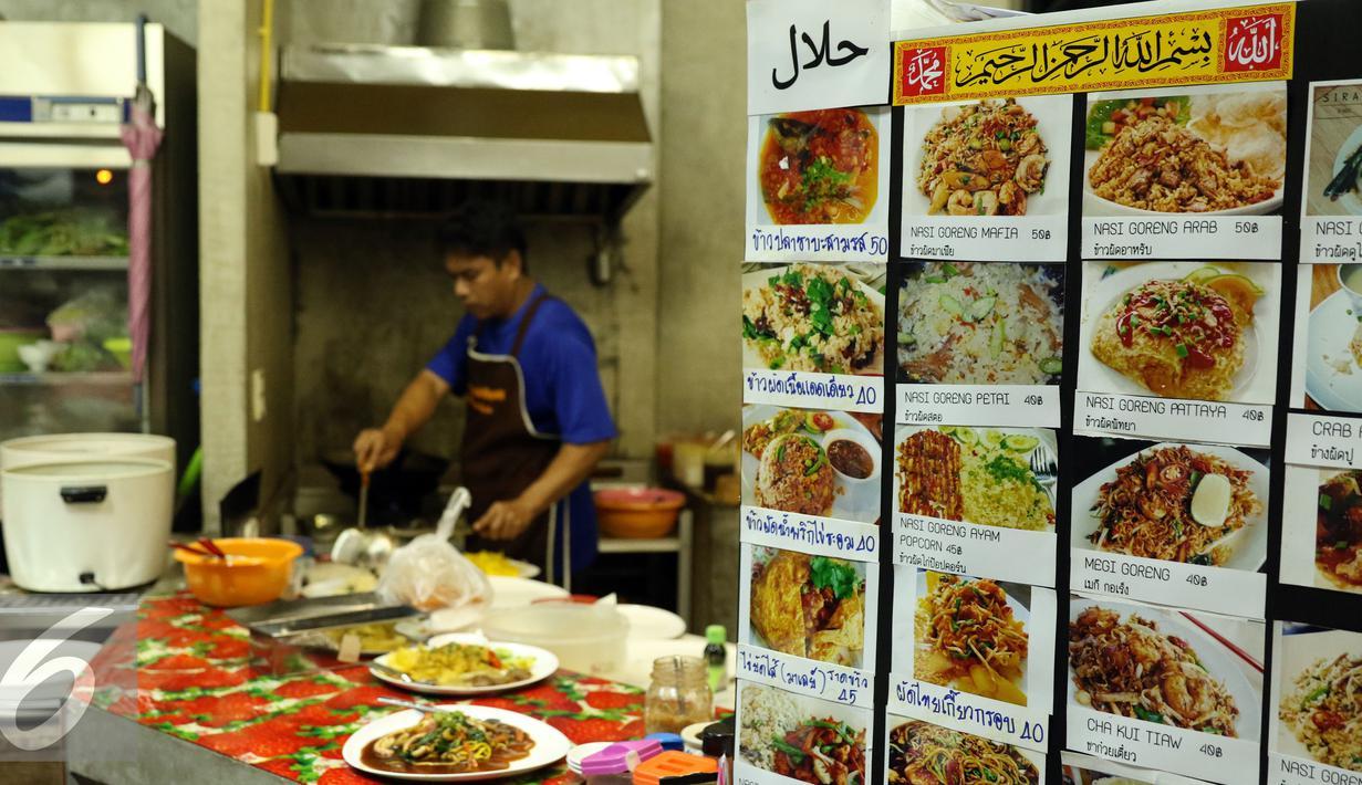 Beragam menu makanan halal ditawarkan di Mini Plaza Ramkhamhaen 59, Bangkok Thailand, Jumat (16/12). Menu makanan bernuansa islami tersebut dijual dikisaran 40 hingga 50 bath atau setara Rp 18.000,-. (Liputan6.com/Helmi Fithriansyah)