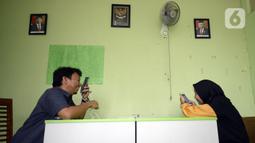 Guru Wahyu Adi Prasetyo (kiri) dan Rantiyani mengajar secara online di sekolah tunanetra Yayasan Raudlatul Makfufin, Buaran, Serpong, Tangerang Selatan, Banten, Senin (10/8/2020). Keterbatasan kuota internet membuat para guru membatasi waktu belajar. (merdeka.com/Dwi Narwoko)
