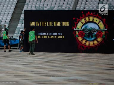 Pekerja menyelesaikan pembuatan panggung konser Guns N' Roses 'Not In This Time Lifetime Tour' di Stadion GBK, Jakarta, Selasa (6/11). Persiapan panggung konser Guns N Roses sudah 80 persen selesai. (Liputan6.com/Faizal Fanani)