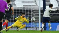 Striker Tottenham Hotspur, Son Heung-min membobol gawang Brentford pada semifinal Carabao Cup, Rabu (06/01/2021) dini hari WIB. (AFP)
