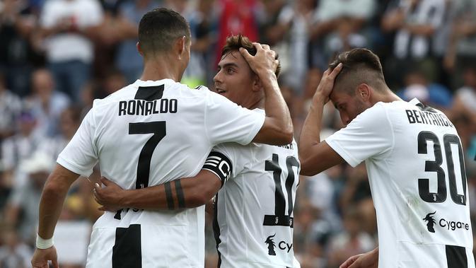 Cristiano Ronaldo berselebrasi bersama rekannya Paulo Dybala usai mencetak gol pada pertandingan persahabatan antara Juventus A dan tim B di Villar Perosa, Italia utara, (12/8). (AFP Photo/Isabella Bonotto)