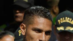 Kapten timnas Sepak Bola Peru Paolo Guerrero saat tiba di Lima untuk menjalani tes, Peru (15/5). Pihak sepak bola setempat meminta bantuan FIFA untuk meninjau kembali kasus doping yang menimpa Paolo Guerrero. (AP/Martin Mejia)