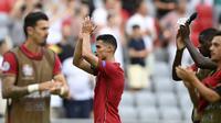Penyerang Portugal, Cristiano Ronaldo bersama rekan-rekannya bertepuk tangan usai melawan Jerman pada  pertandingan grup F Euro 2020 di Allianz Arena, Munich, Sabtu (19/6/2021). Portugal kini berada di peringkat ketiga dengan poin empat. (Philipp Guelland/Pool via AP)