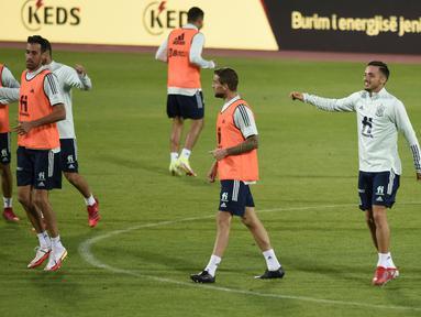 Para pemain Spanyol melakukan pemanasan selama sesi latihan di stadion Fadil Vokrri di Pristina (7/9/2021). Spanyol akan bertanding melawan Kosovo pada kualifikasi grup B Piala Dunia Qatar 2022 di  Fadil Vokrri Stadium. (AFP/Armend Nimani)