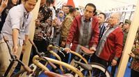 Presiden Joko Widodo dan Mendag Enggartiasto Lukita melihat pameran Trade Expo 2017 di ICE BSD, Tangerang Selatan, Rabu (11/10). Pameran Trade Expo Indonesia (TEI) ke-32 tersebut  berlangsung dari 11-15 Oktober 2017. (Liputan6.com/Angga Yuniar)