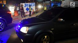 Polisi mengatur lalu lintas kendaraan pemudik yang melintasi Jembatan Kalikuto pada ruas tol fungsional Batang - Semarang, Rabu (20/6). Sebagian arus lalu-lintas di tempat ini dialihkan ke pantura untuk memecah kemacetan. (Liputan6.com/Gholib)