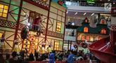 Anak-anak menyaksikan pertunjukkan Sinterklas di Mal Ciputra, Jakarta Barat, Jumat (14/12). Jelang perayaan Natal 2018 sejumlah mal di Jakarta mendekor bernuansa Natal agar menjadi daya tarik para pengunjung mal. (Liputan6.com/Faizal Fanani)