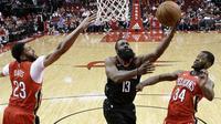 James Harden melewati adangan dua pemain New Orlean Pelicans (AP Photo/Eric Christian Smith)