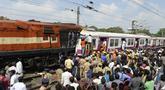 Petugas berusaha menyelematkan seorang pekerja di kabin kereta api surburban setelah bertabrakan dengan kereta ekspres antarkota di Stasiun Kereta Api Kachiguda di Hyderabad, India (11/9/2019). Sekitar 12 orang terluka akibat kecelakaan tersebut. (AFP Photo/Noah Seelam)