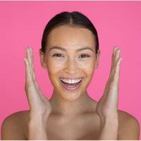 Ilustrasi memakau produk kecantikan. (Fimela.com)