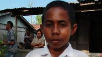 Yohanes Andi Gala, pelajar SMP N Silawan Kabupaten Belu, NTT yang memanjat tiang bendera. (foto : Liputan6.com / Ola Keda)