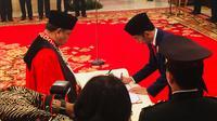 Jokowi melantik Arief Hidayat sebagai Hakim Konstitusi.(Titin Supriatin /Merdeka.com)