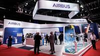 Pengunjung berjalan melewati stan Airbus pada pembukaan Singapore Airshow di Singapura, Selasa (11/2/2020). Pameran dirgantara terbesar di Asia tersebut dibayangi wabah virus korona, yang memaksa puluhan perusahaan dunia absen dalam perhelatan besar itu. (AP/Danial Hakim)