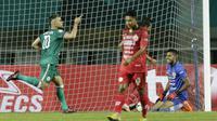 Striker PSS Sleman, Cristian Gonzales, melakukan selebrasi usai membobol gawang Semen Padang pada laga Liga 2 di Stadion Pakansari, Jawa Barat, Selasa (4/12). PSS menang 2-0 atas Semen Padang. (Bola.com/M. Iqbal Ichsan)