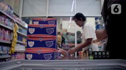 Warga membeli masker di Jak Mart milik PD Pasar Jaya di  Pasar Pramuka, Jakarta Timur, Jumat (6/3/2020). PD Pasar Jaya melakukan operasi pasar sejak Kamis (5/3/2020) kemarin untuk menjaga ketersediaan dan membuat harga masker kembali terjangkau. (Liputan6.com/Faizal Fanani)