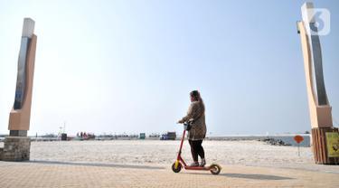 Asyiknya Berkeliling Pantai Ancol dengan Skuter Listrik