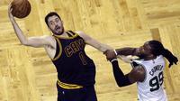 Kevin Love pimpin Cavaliers saat melawan Boston Celtics, pada babak Final NBA wilayah timur, Rabu (17/5/2017) (AP Photo/Charles Krupa)