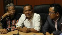 Pengelola PS Mojokerto Putra (PSMP), Vigit Waluyo, memberikan keterangan pers setelah diperiksa Satgas Antimafia Bola di Mapolda Jatim, Surabaya, Kamis (24/1/2019). (Bola.com/Zaidan Nazarul)