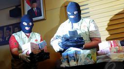 Tim penyidik KPK menemukan barang bukti berupa uang Rp 1,5 miliar dalam operasi tangkap tangan yang menjerat Yasin pada Rabu (7/5/2014) malam, Jakarta, Kamis (8/5/2014) (Liputan6.com/Faisal R Syam).