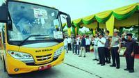 Ragam cara dilakukan pemerintah setempat dan kepolisian agar pelajar tak memakai kendaraan ke sekolah, salah satunya menyediakan bus sekolah gratis. (Liputan6.com/M Syukur)