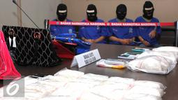 Barang bukti diperlihatkan saat rilis kasus narkoba di kantor Badan Narkotika Nasional (BNN), Jakarta, Jumat (7/8/2015). BNN mengamankan Empat tersangka yang merupakan jaringan Internasional asal Nigeria. (Liputan6.com/Helmi Afandi)