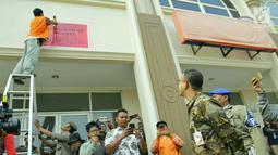 Gubernur DKI Jakarta Anies Baswedan saat memantau penyegelan bangunan di Pulau Reklamasi, Teluk Jakarta, Kamis (7/6). Anies mengerahkan 300 personel Satpol PP untuk menyegel bangunan di Pulau Reklamasi. (Liputan6.com/HO/Deka Wira Saputra)