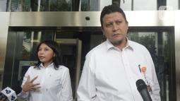 Plt Ketua DKPP Muhammad (kanan) dan Komisioner DKPP Idha Budhiati menyampaikan keterangan usai bertemu penyidik KPK di Gedung KPK, Jakarta, Rabu (15/1/2020). DKPP akan melaksanakan sidang etik terhadap tersangka Komisioner KPU Wahyu Setiawan secara tertutup. (merdeka.com/Dwi Narwoko)