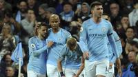 Kapten Manchester City Vincent Kompany bersama rekan-rekannya merayakan golnya ke gawang Leicester City pada pekan ke-37 Liga Inggris 2018/19. City menang 1-0 di Etihad Stadium, Selasa (7/5/2018) dini hari WIB.(AP Photo/Rui Vieira)
