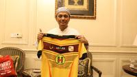 CEO Barito Putera, Hasnuryadi Sulaiman saat berada di rumahnya di Jakarta, (7/6/2017). (Bola.com/Nicklas Hanoatubun)