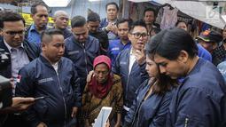 Artis sekaligus Ketua DPW PAN DKI Jakarta Eko Patrio bersama para pekerja seni berbincang dengan salah satu warga saat menyambangi lokasi kebakaran di Taman Sari, Jakarta, Senin (5/2). (Liputan6.com/Faizal Fanani)